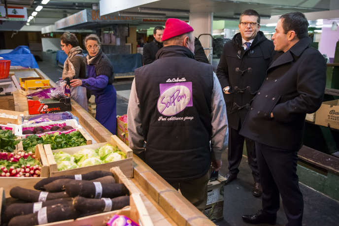 « Les familles monoparentales, particulièrement vulnérables puisque 40 % d'entre elles sont pauvres, pourraient être des perdantes d'un système qui ne prendrait pas en compte leur situation spécifique» (Photo: Benoît Hamon en campagne sur le marché d'Alfortville, en compagnie de Luc Carvounas, maire de la ville, le 15 février).