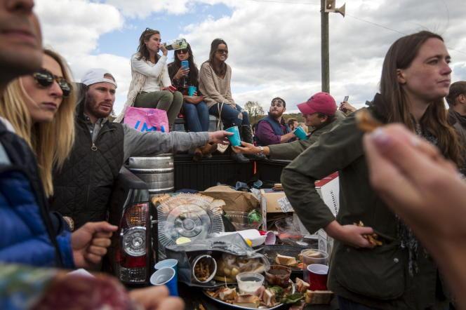De jeunes Américains lors de la course hippique « Far Hills Race » dans le New Jersey, le 17 octobre 2015.