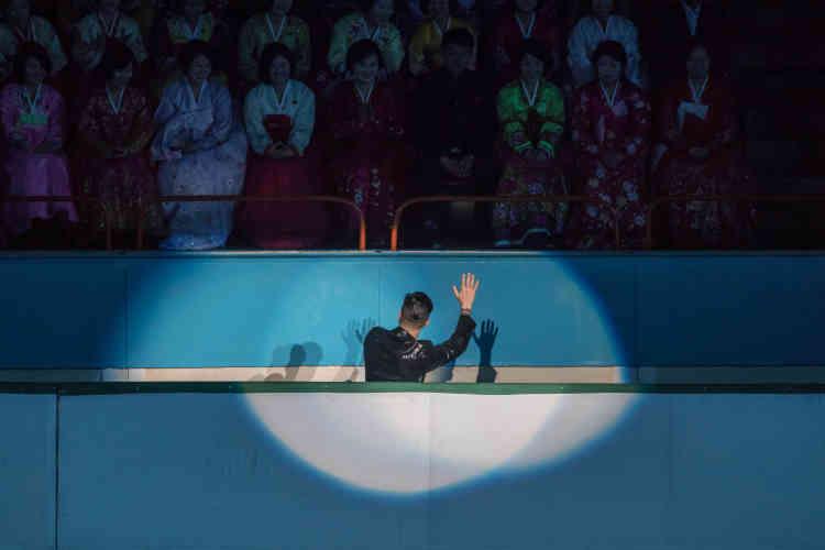 Un patineur salue les spectateurs lors du Festival international de Paekustan.