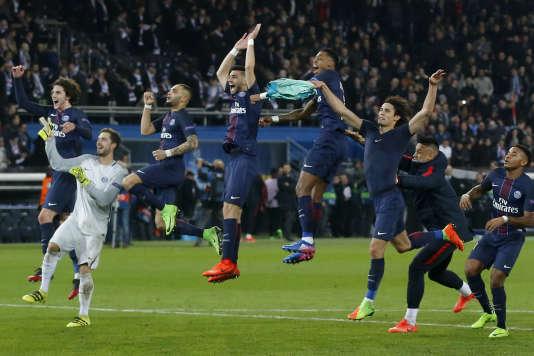 Les joueurs du Paris-Saint-Germain célèbrent leur victoire, sur la pelouse du Parc des Princes, le 14février.