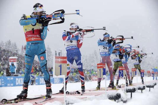 Martin Fourcade lors d'un tir debout pendant la Coupe du monde de biathlon, à Ruhpolding, en Allemagne, le 15janvier 2017.