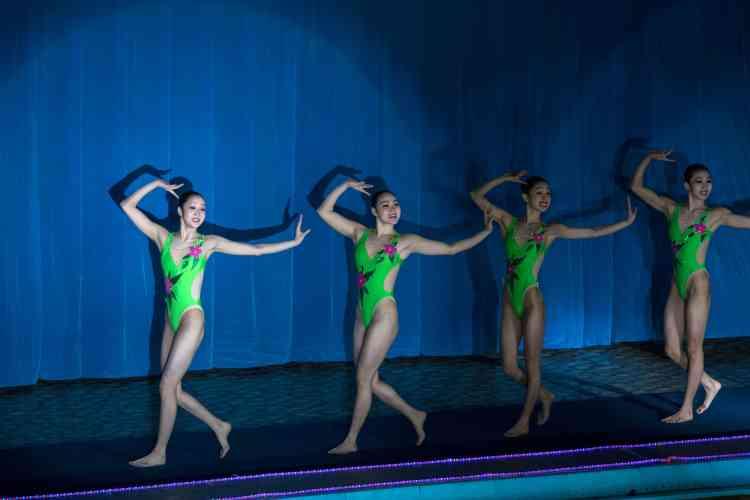 Des nageuses avant une démonstartion de nation synchronisée lors des célébrations, à Pyongyang, le 15 février.