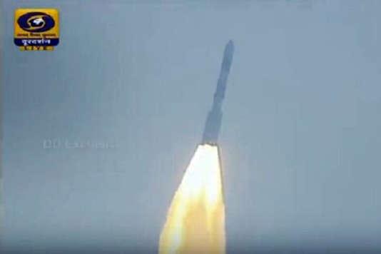 Le décollage de la fusée PSLV-C37 de la base spatiale de Sriharikota, en Inde.