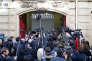 Des journalistes attendent l'arrivée de François Fillon devant le bureau de Nicolas Sarkozy, le 15 février.