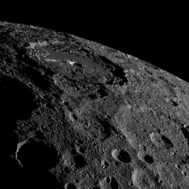Vue d'un des nombreux cratères de Cérès comportant une tache blanche au centre. Image réalisée par la sonde Dawn, le 17octobre 2016.