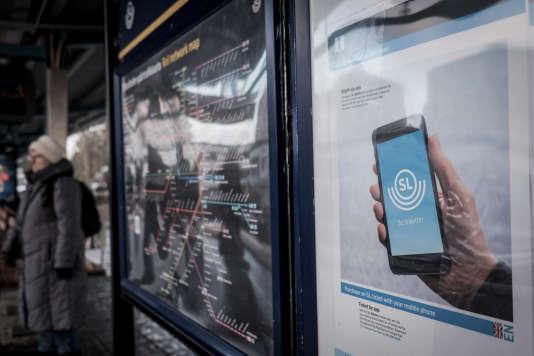 Publicité pour le paiement par téléphone dans le métro de Stockholm, en décembre 2015.