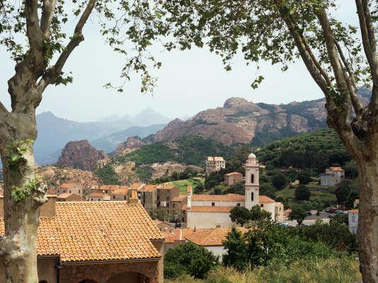 Sur la côte ouest de la Corse, Piana est à équidistance de Calvi au nord et d'Ajaccio au sud.