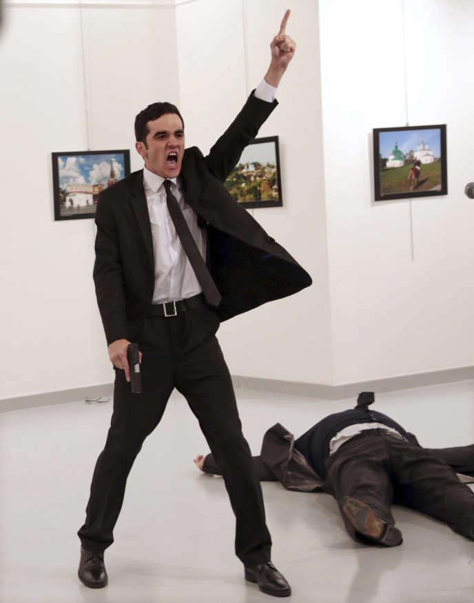 Le policier Mevlüt Mert Altintas vient d'abattre l'ambassadeur de Russie, Andreï Karlov, le 19 décembre 2016 à Ankara.