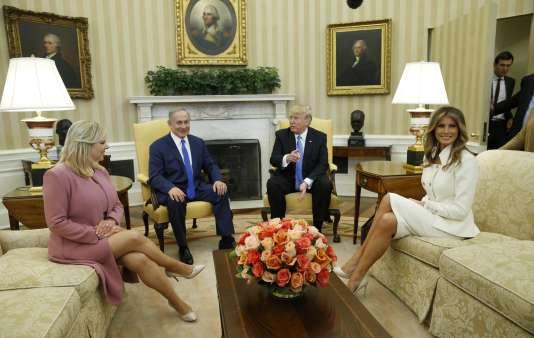 Le président Trump, sa femme Mélania et son beau-fils et conseiller Jared Kushner (derrière la porte) rencontrent le premier ministre israélien Benjamin Netanyahou et sa femme Sara dans le bureau ovale de la maison blanche le 15 février.