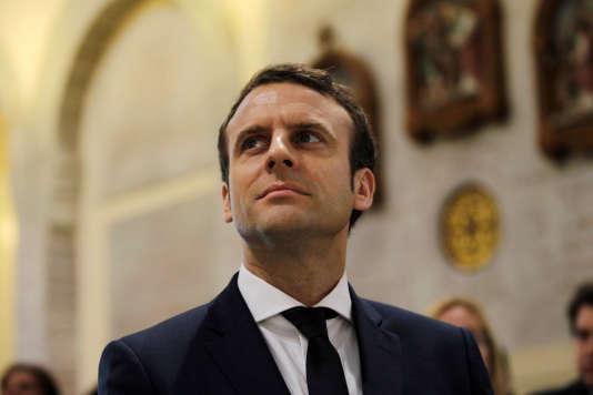 Emmanuel Macron lors de la visite de la basilique Notre-Dame d'Afrique à Alger, le 14 février.