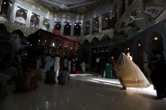 Une femme dans le temple de La'l Shahbâz Qalandar, en septembre 2013.
