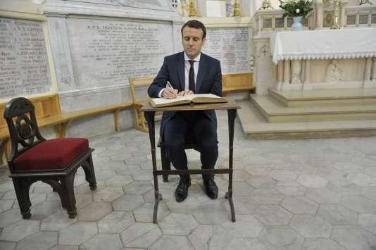 Emmanuel Macron signe le livre d'or de la basilique Notre-Dame d'Afrique dans le quartier de Bab El-Oued à Alger, le 14 février.