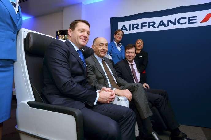 Le PDG d'Air France-KLM, Jean-Marc Janaillac, entouré du patron de KLM, Pieter Elbers (à gauche), et de celui d'Air France,Franck Terner (à droite), lors de la conférence du groupe, le 16février à Paris.