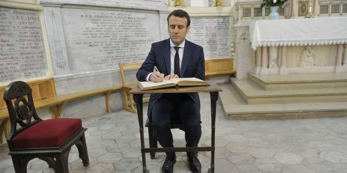 Emmanuel Macron à la basilique Notre-Dame d'Afrique, à Alger, le 14 février 2017.