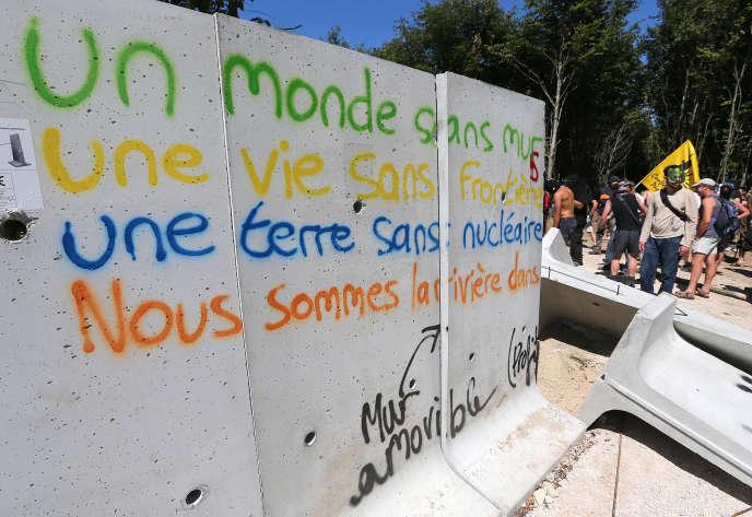 Une manifestation d'opposants au centre d'enfouissement des déchets nucléaires, le 4 août 2016, à Bure, dans la Meuse.