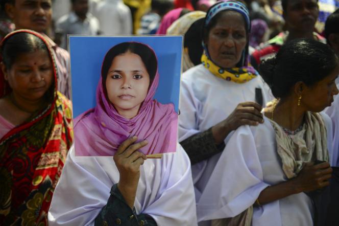 « Protectionnisme et ultralibéralisme sont tous deux aveugles. L'un favorise les acteurs d'une nation, l'autre ne voit pas les ravages causés par les conditions de travail moyenâgeuses ni ceux infligés au milieu naturel». (Photo: des milliers de Bangladais sont rassemblés, le 24 avril 2016, pour commémorer le troisième anniversaire de la «catastrophe de Dacca» qui fit, en 2013, à Savar, faubourg de la capitale du Bangladesh, plus de 1100 morts).