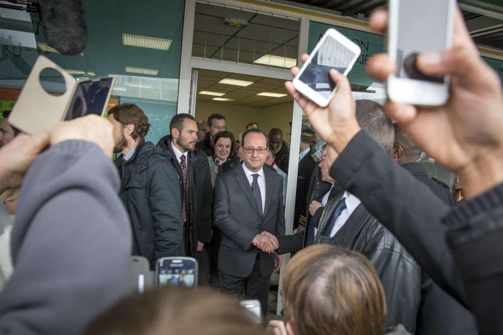 « Le président arpente les allées de Maurepas-Les Gayeulles, à Rennes. Libre de toute pression électorale, il fait son travail en prenant son temps. Il savoure ces derniers moments au pouvoir auprès de quelques habitants filtrés par des cordons de CRS. Il serre toutes les mains, se prête à chaque demande de selfie, mais ne laisse sur les écrans tactiles qu'un regard perdu dans le vide», décrit le photojournaliste Jean-Claude Coutausse.