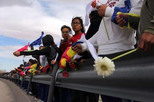 Les manifestants ont formé une chaîne humaine d'environ 1,5 km, se tenant par les bras, certains drapés dans des drapeaux mexicains ou vêtus de blanc.