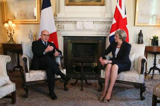 Le premier ministre français, Bernard Cazeneuve, et son homologue britannique, Theresa May, le 17 février à Londres.