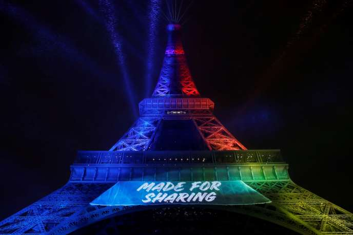 La Tour Eiffel et le slogan de Paris 2024, « Made for sharing ».