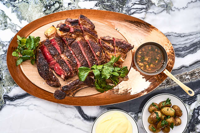 La côtede bœuf cuite parfaitement et sa purée maison.