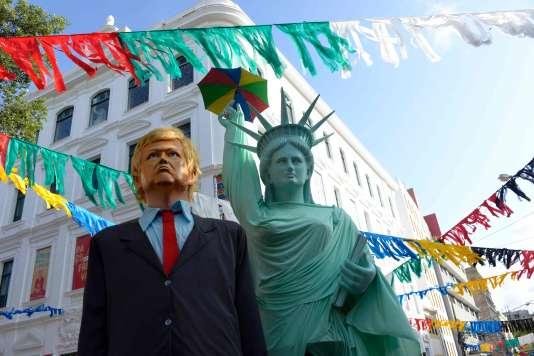 Des marionnettes à l'effigie de Donald Trump et de la statue de la Liberté àOlinda, dans le nord du Brésil, le 15 février.