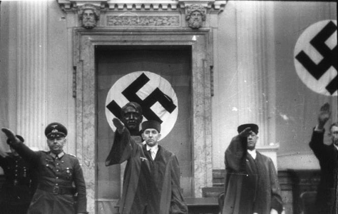 Roland Freisler (au centre), président du Volksgerichtshof, la plus haute cour de l'Etat national-socialiste, lors d'un des procès des conjurés de l'attentat du 20 juillet 1944 contre Hitler (août 1944-février 1945).