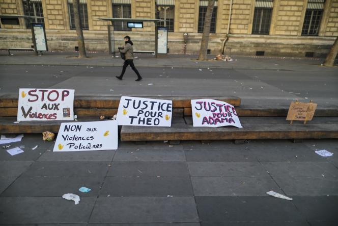Des slogans déposés à la fin du rassemblement contre les violences policières à Paris, place de la République, samedi 18 février.