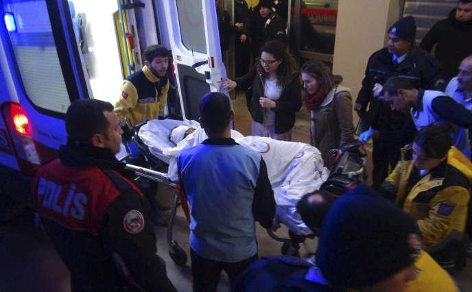 Blessée dans l'explosion, une victime est évacuée vers l'hôpital deViransehir (Anatolie) le 17 février.