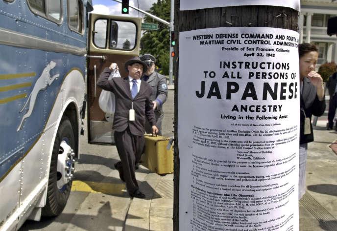 En avril 2002, à Watsonville (Californie), reconstitution de l'internement des Japonais-Américains en 1942. Au premier plan, la reproduction d'une affiche de l'époque.