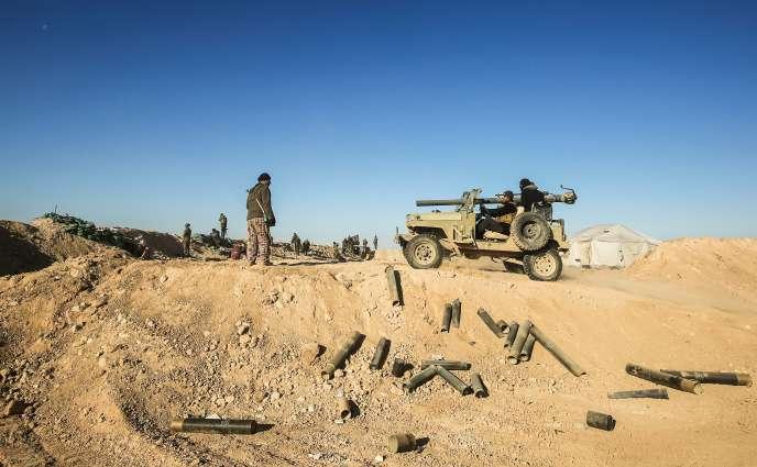 Les miliciens de la mobilisation populaire (Hached Al-Chaabi) sont postés près du village d'Ayn Al-Hisan, à l'ouest de Mossoul, le 18 février.
