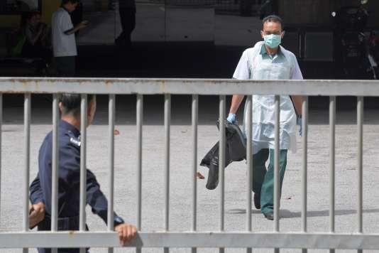 Un travailleur du service médico-légal à l'hôpital de Kuala Lumpur, la capitale malaisienne, où le corps de Kim Jong-nam est conservé.