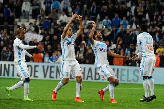 Clinton Njie, Doria, Rolando et Andre-Frank Zambo Anguissa célèbrent la victoire contre Rennes, qui maintient Marseille au contact de Lyon et Saint-Etienne.