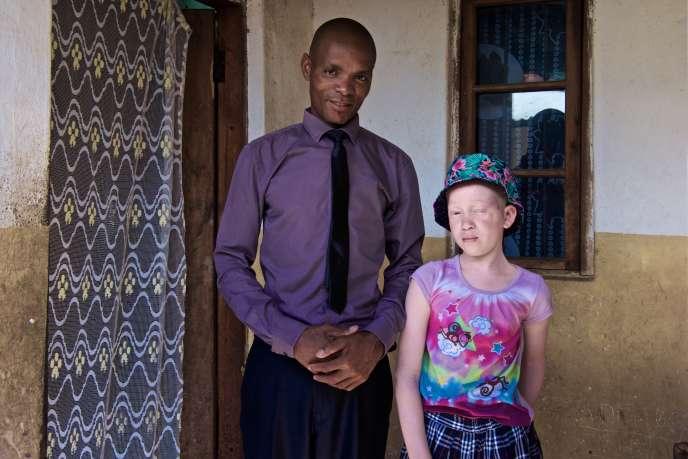 Annie Alfred et son père Amon, devant leur maison de Bangwé, « la montagne qui pleure » en langue chichewa, le 21 janvier 2017.