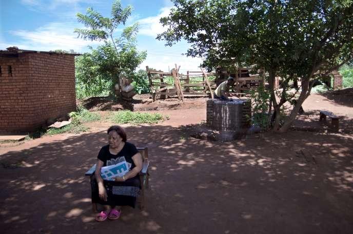 La cheffe traditionnelle de Chikumbu, Aïda Deleza, assise dans la cour de la chefferie, le 24 janvier 2017.