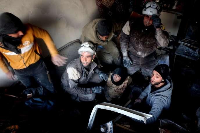Des casques blancs syriens vienennt en aide à des habitants d'Alep, en novembre.