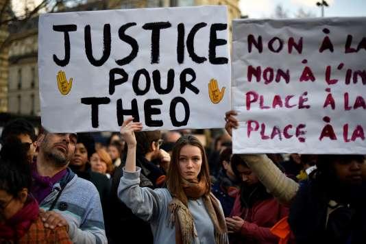« Justice pour Théo», pouvait-on lire sur les pancartes brandies lors de la manifestation qui s'est tenue samedi 18 février à Paris.