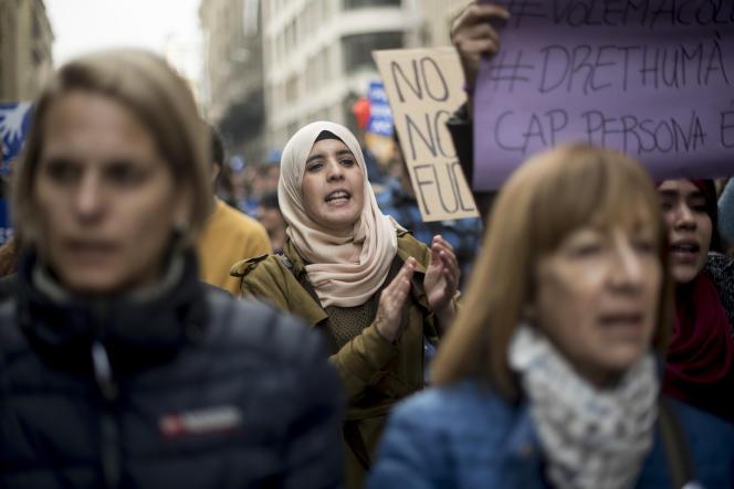 Cent soixante mille personnes ont manifesté à Barcelone (Espagne) pour l'accueil des migrants, le 18 février.