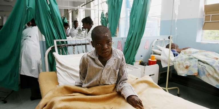 Un patient victime du choléra dans un hôpital d'Harare, en 2009. De nombreux médecins travaillant dans des hôpitaux publics sont en grève ce mois-ci pour demander une augmentation des salaires et de meilleures conditions de travail.