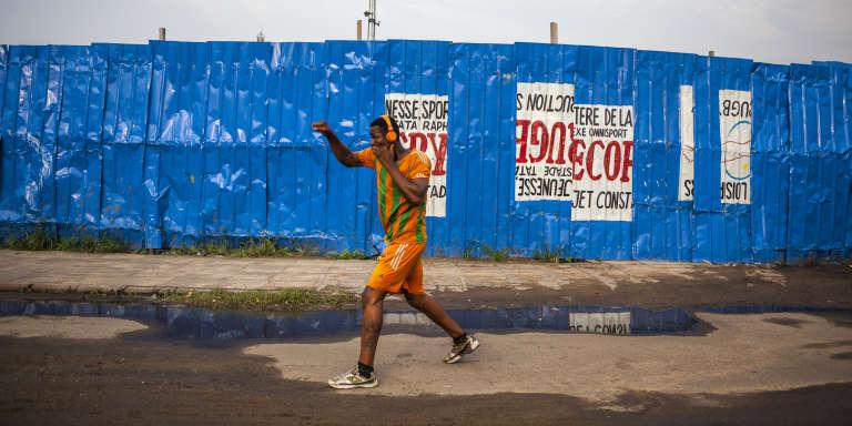 Un boxeur s'entraîne à Kinshasa, près du stade Tata Raphael.