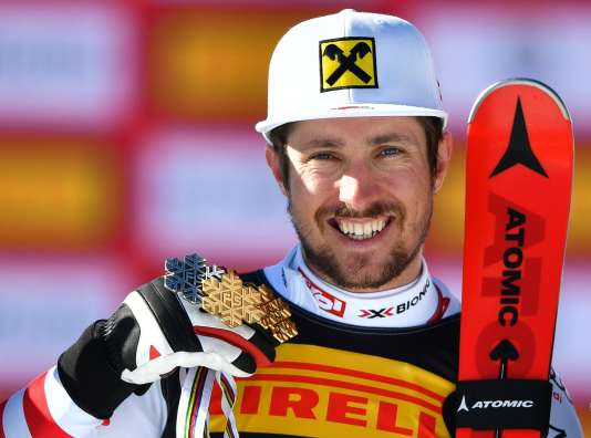 Marcel Hirscher célèbre son titre de champion du monde de slalom, preuve de sa domination sur le ski mondial.