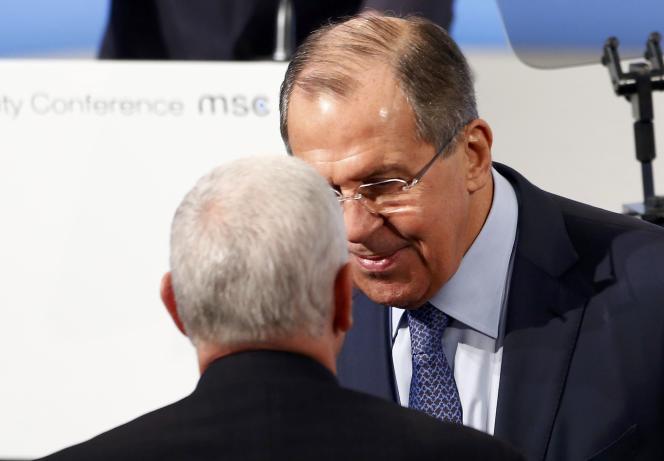Sergueï Lavrov, minstre des affaires étrangères de Russie, serre la main de Mike Pence, vice-président des Etats-Unis, à Munich le 18 février.
