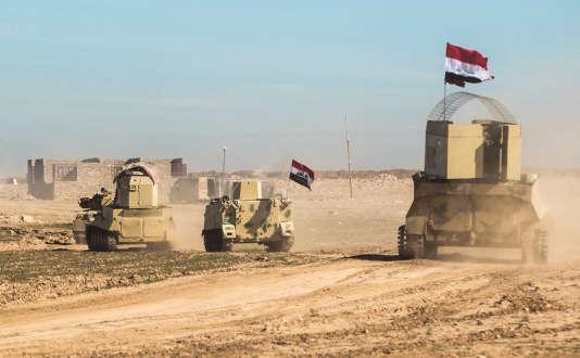 Des chars des forces irakiennes, au sud de Mossoul dimanche 19 février.