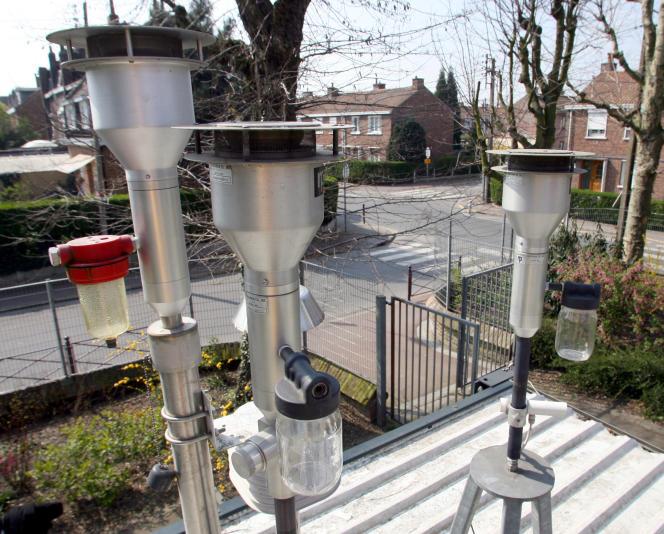 Instruments de mesure de la pollution de l'air sur le toit d'une habitation dans la région lilloise, en 2007.