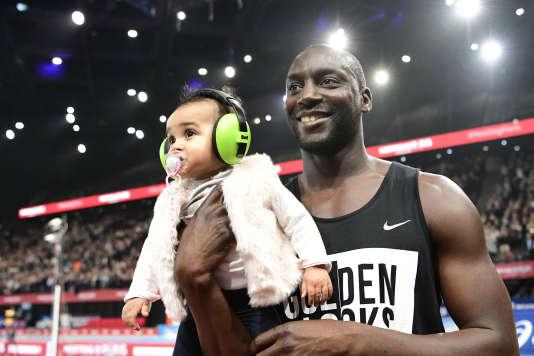 Ladji Doucouré avec sa petite fille lors du meeting de Paris, le 8 février.