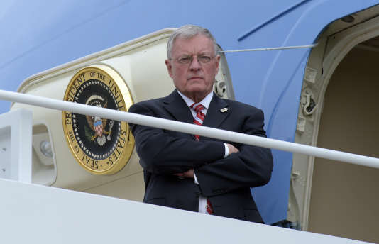 Le général Keith Kellogg attend Donald Trump en haut de la passerelle d'Air Force One, l'avion présidentiel, à Charleston, le 17 février.
