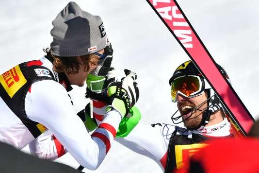Manuel Feller accueille dans l'aire d'arrivée Marcel Hirscher, champion du monde de slalom pour la deuxième fois.