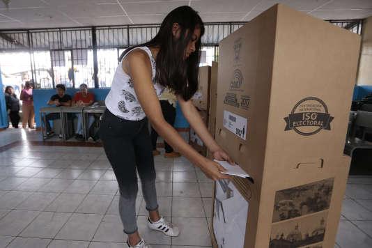 Un bureau de vote à Guayaquil, en Equateur.