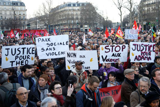 Plus de 2 000 personnes se sont rassemblées samedi place de la République à Paris pour dénoncer les violences policières.