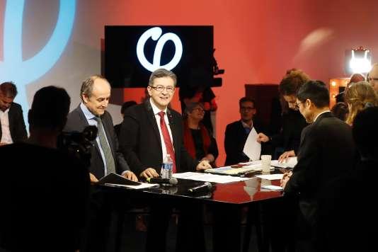 Jean-Luc Mélenchon, en février 2017, lors de la présentation de son programme pour les législatives, avec notamment en face de lui l'économiste Liêm Hoang Ngoc.